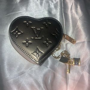 LOUIS VUITTON: card holder keychain